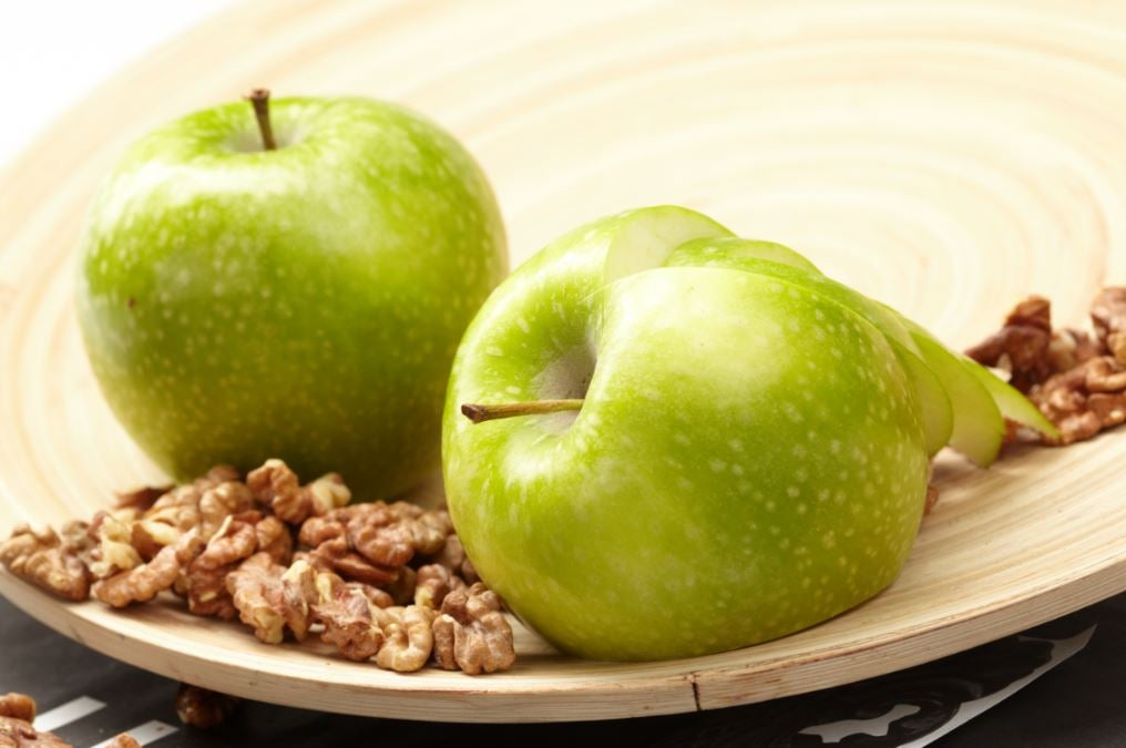 Apple and nuts, a healthy snack, which will also give us a good dose of pectin.