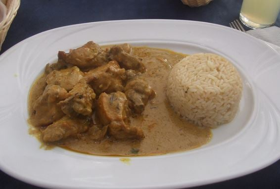 Receta de pollo al curry con arroz.