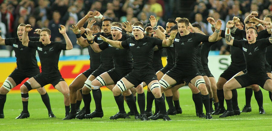 Los All Blacks haciendo su tradicional haka.