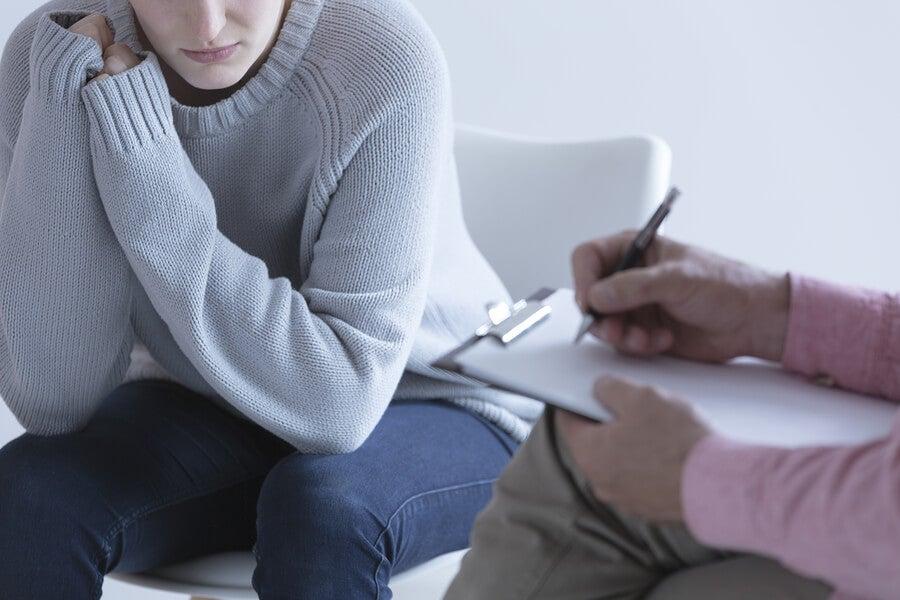 Chica haciendo terapia psicológica