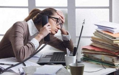 Mujer que sufre estrés en el trabajo.