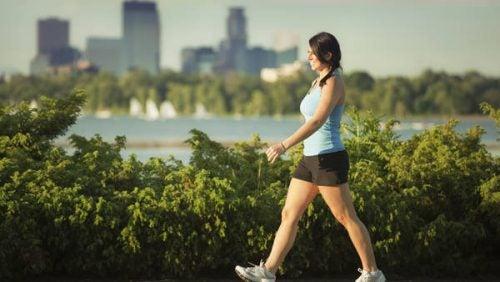 Mujer caminando al lado del un rio