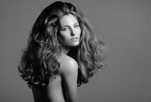 Mujer con cabello voluminoso en blanco y negro