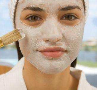 Una mascarilla casera para la piel grasa con acné o granitos puntuales