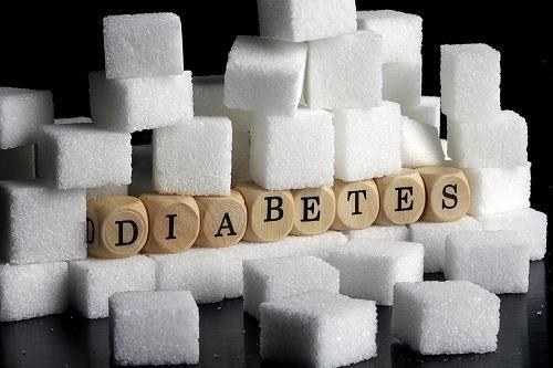 Palabra diabetes con bloques rodeada de azucarillos