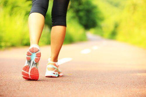 Caminar diariamente puede ayudar a tonificar los músculos de tus piernas