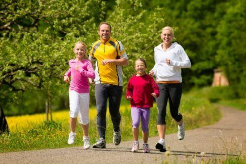 Familia corriendo afuera