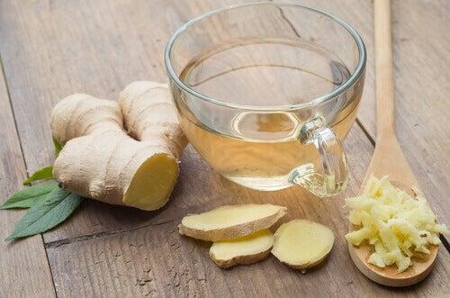 Tomar té de jengibre para el tratamiento de dismenorrea
