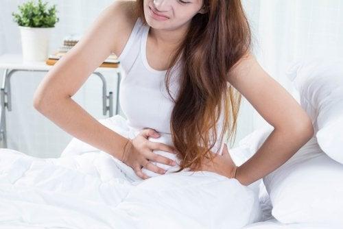 Mujer con dolor de dismenorrea
