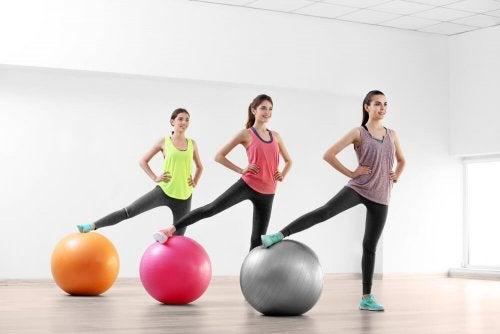 chicas en un gimnasio con pelotas grandes