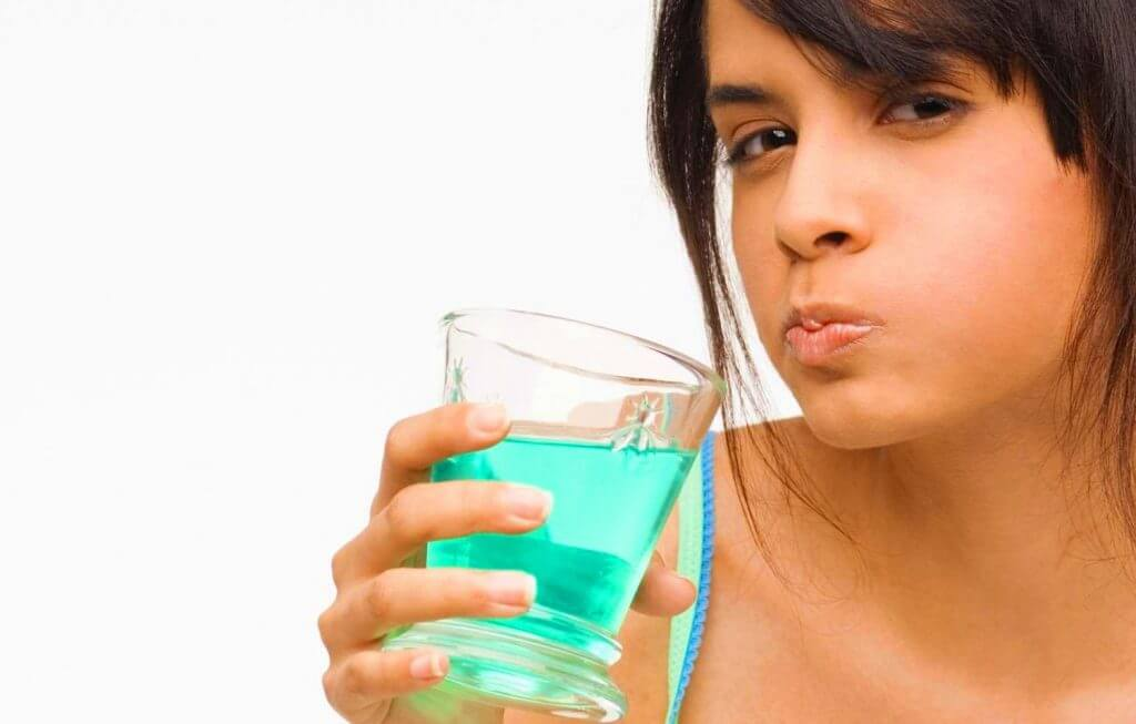 El enjuague bucal ayuda a evitar las caries