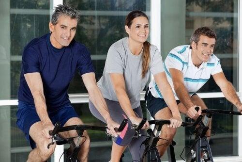 Una buen método de ejercicio físico es hacer spinning