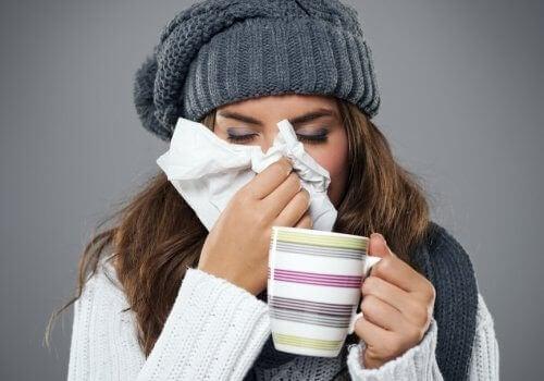 Mujer con resfriado tomando té