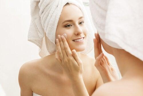 Mujer hidratándose la cara después de bañarse