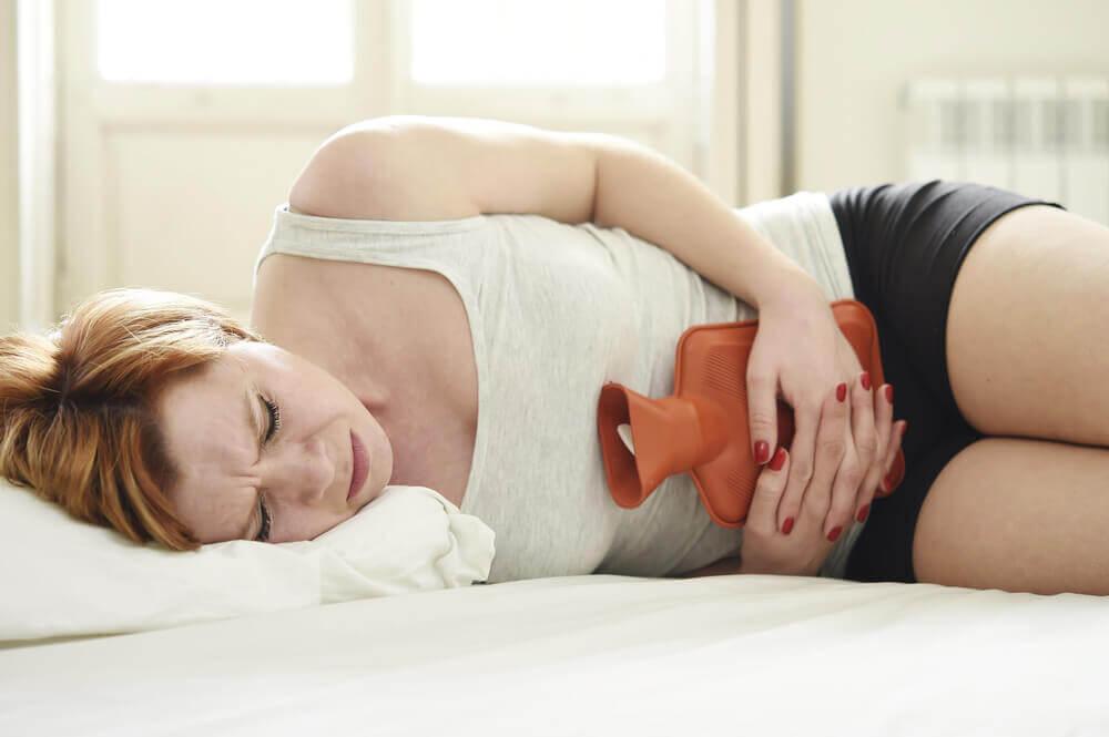 Dolor menstrual aliviado con bolsa de agua caliente