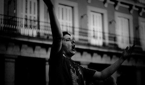 Hombre gritando en la calle en blanco y negro