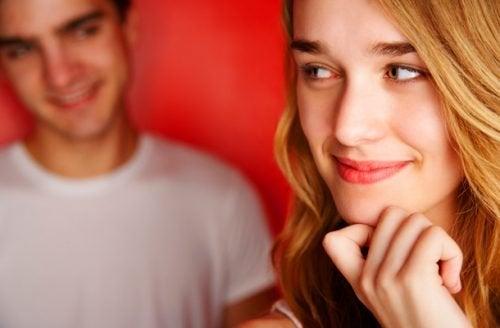 Mujer y hombre sonriendo de soslayo