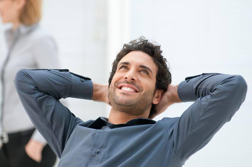 Hombre pensando en positivo