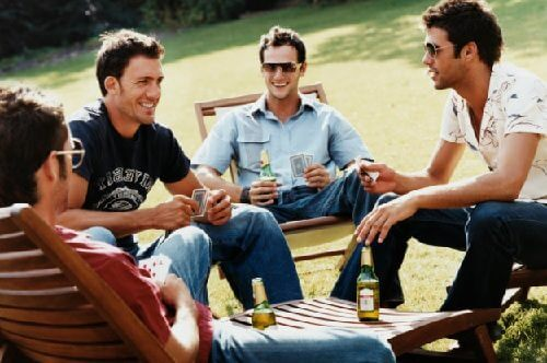 Hombres sentados disfrutando de una platica relajada