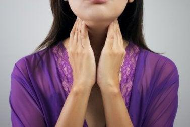Mujer controlando las glándulas de su cuello