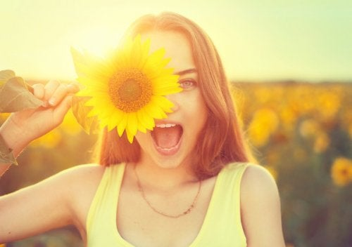 Mujer feliz con girasol perfectos