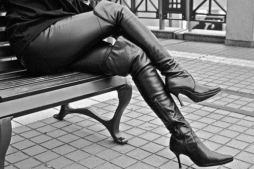 Piernas de mujer con pantalones de cuero y botas