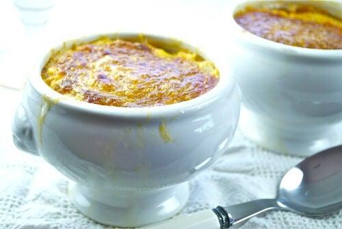 Sopa castellana en cuenco de ceramica