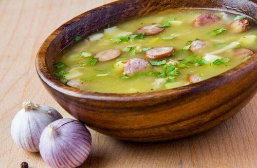 Sopa de ajo en cuenco de madera