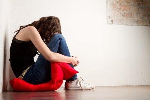 mujer agachada que sufre ansiedad