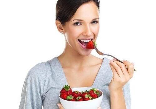 Mujer comiendo fresas