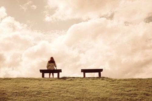 Mujer sentada sobre un banco
