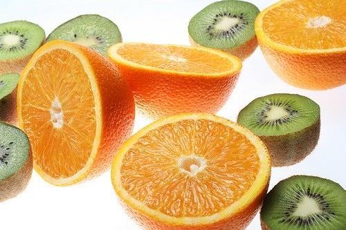 Naranja y kiwi fuentes de vitamina c