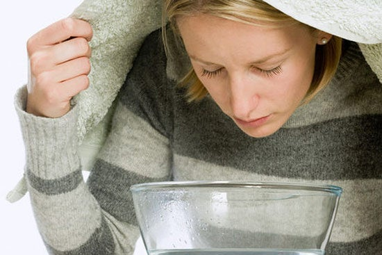 Como muestra la imagen, deja que los vapores limpien tu piel naturalmente.