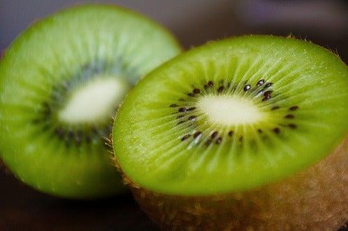 Si añadimos kiwi a nuestros batidos naturales, estaremos aportando una gran cantidad de ácido fólico. Es ideal para embarazadas.
