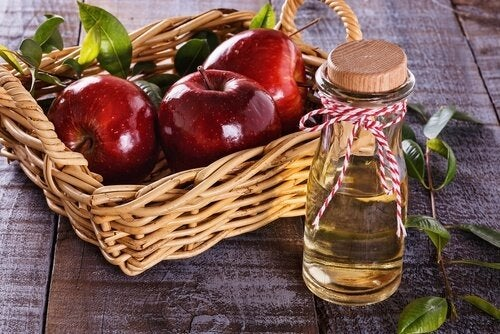 Manzanas rojas en cesta de mimbre