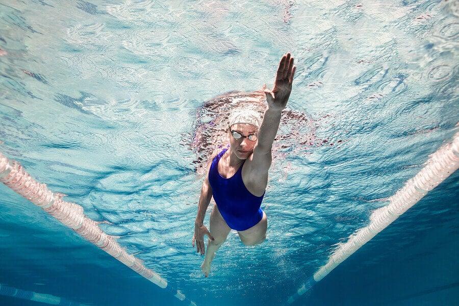 Mujer realizando natacion