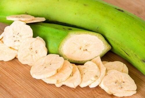Plátano verde cortado en rodajas