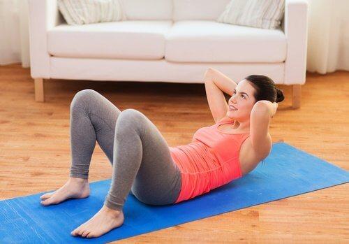 Mujer haciendo abdominales