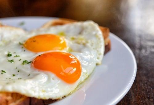 3 razones por las que incluir huevos en tu desayuno y 2 modos de tomarlos