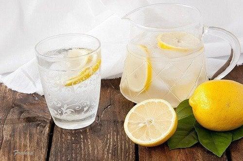 Beneficios de beber diariamente agua de limón
