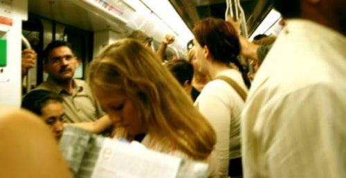 Metro abarrotado donde se puede tener uno de los ataques de pánico.