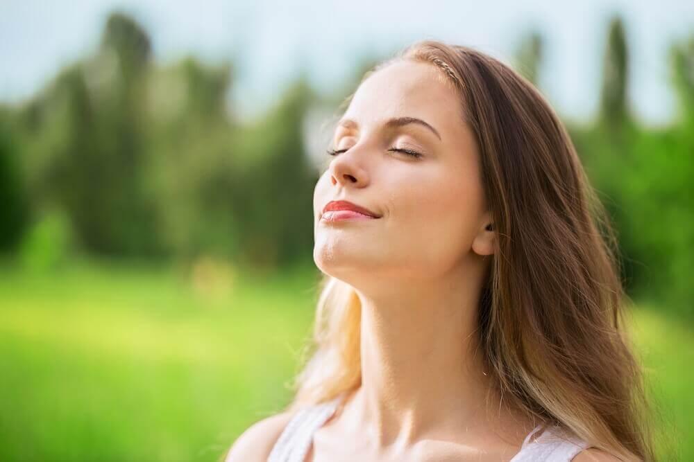 mujer respirando aire limpio.