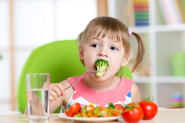 Niña comiendo sanamente
