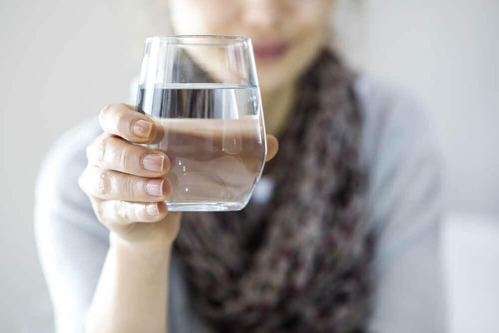 Vaso de agua ayuda a bajar de peso