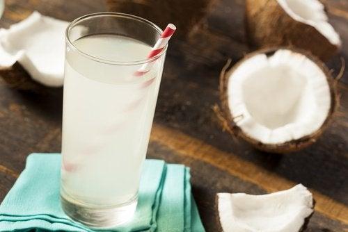 Beneficios del agua de coco verde en caso de deshidratación