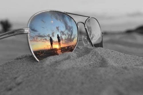 Gafas de sol sobre la arena