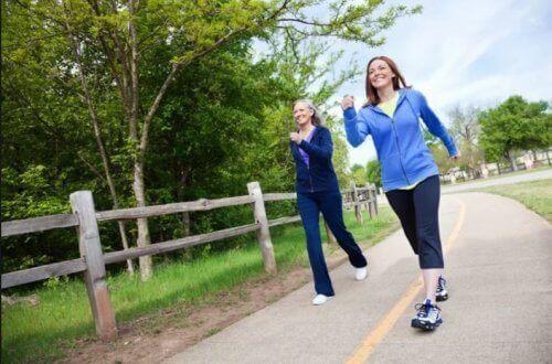 Dos mujeres caminando en un parque