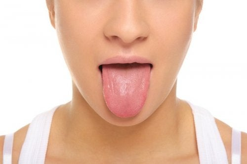 Mujer sacando la lengua.