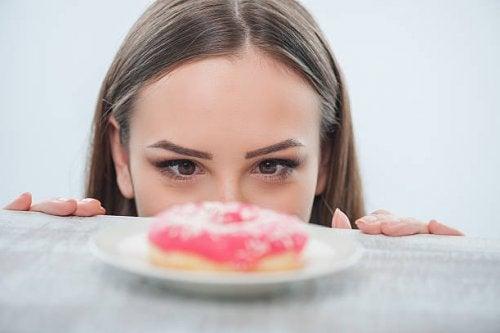 mujer con ansiedad por lo dulce