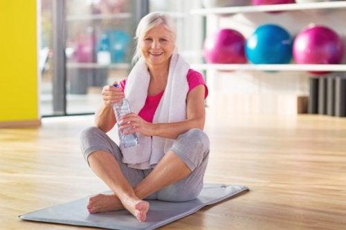 Mujer de edad avanzada haciendo ejercicio